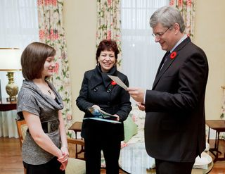 Presenting the Prime Minister with the Contest Winning photo